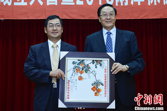 8月28日,中国保健协会理事长张凤楼(右)向台湾保健联盟协会会长林坤铭(左)赠送礼物,祝贺台湾保健联盟协会的成立。