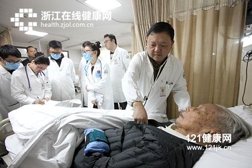 老人肺炎出院五天以后,现在低烧37.4.怎么处理
